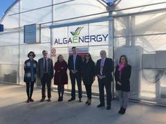 Parte del equipo de AlgaEnergy posa junto a Carmen Vela, Secretaria de Estado de I+D+i, y Marina Pilar Villegas, Directora de la Agencia Estatal de Investigación