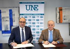 Ignacio Gandarias y Javier García Díaz en el momento de la firma del convenio en la sede de la Asociación Española de Normalización (UNE)