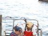 Pescadores a bordo clasificando el pescado
